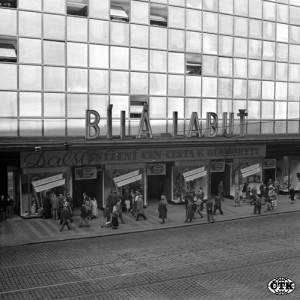 bila-labut-communisme-centre-commercial-Prague.jpg